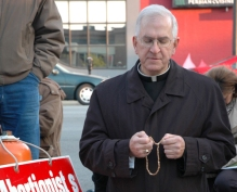 KENTUCKY ARCHBISHOP PRAYS ROSARY IN FRONT OF ABORTION CLINIC